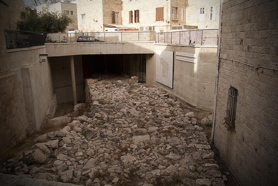 무너진 히스기야 시대의 성벽 (Jewish Quarter)
