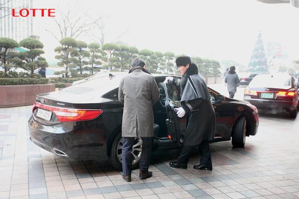 고객이 차량으로 이동할 때마다 김윤환 캡틴이 문을 여닫아 돕고 있습니다