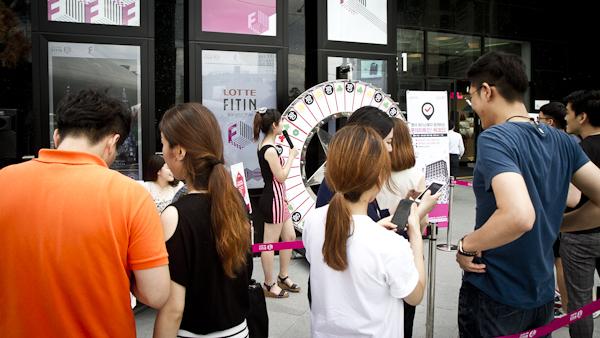 롯데피트인 이벤트에 참여하기 위해 줄을 선 사람들