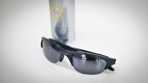 선글라스와 선크림 스프레이 사진