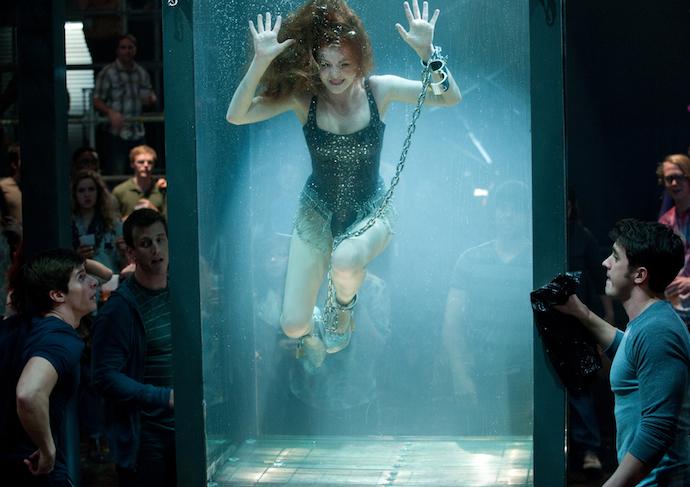 배우들이 직접 촬영했다! 손과 발을 수갑으로 묶고 수조를 탈출하는 묘기