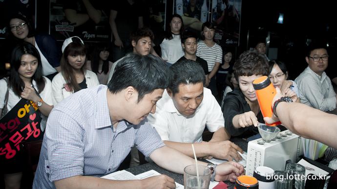 심사위원의 신호에 따라 정해진 양의 음료를 정확히 따르는 시합 '푸어오프'