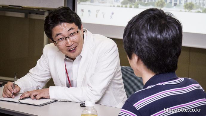 웃으며 지원자의 이야기를 듣고 있는 변영오 멘토