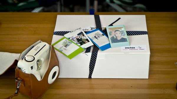 참가자에게 주는 선물인 인스탁스 박스.