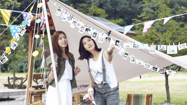그동안 찍어 온 사진들을 보고 있는 박신혜와 박세영.
