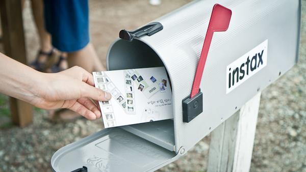 우편함에 넣는 인스탁스 포토 엽서.