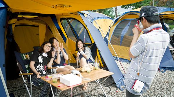 텐트에서 포즈를 취하고 있는 참가자들