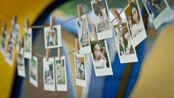 참가자가 직접 찍고 걸어둔 인스탁스 사진들.