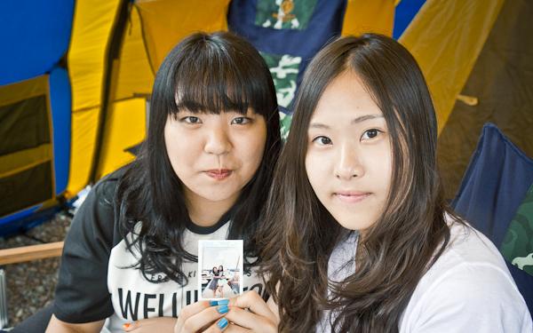 초대장을 들고 있는 두 참가자.
