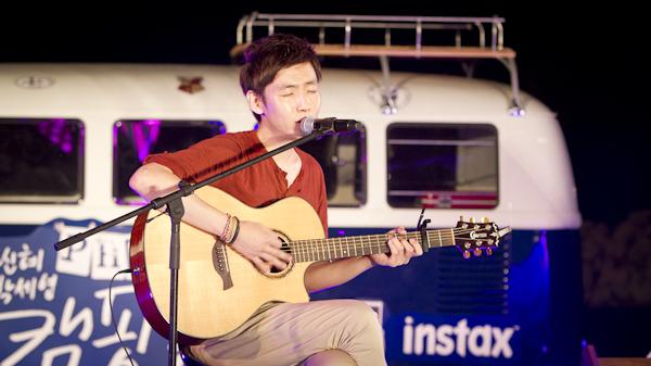 기타를 잡고 노래를 부르는 싱어송라이터 이진우.