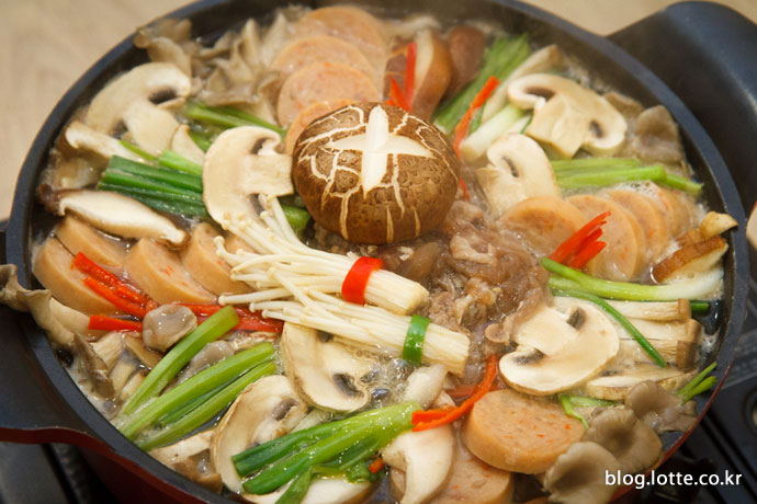 보글보글 끓고 있는 버섯전골