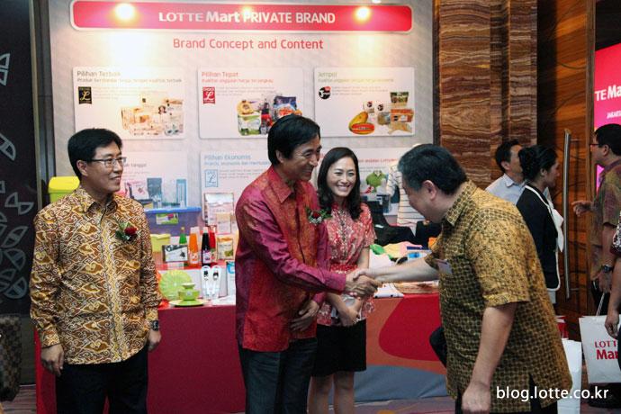 인도네시아 협력업체 관계자와 악수하는 롯데마트 노병용 사장