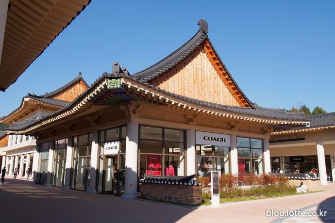 부여 롯데아울렛에 위치한 충청지역 최초의 COACH 매장