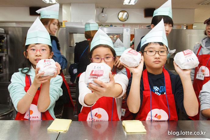 자신이 만든 햄버거를 들고 있는 어린이 참가자들