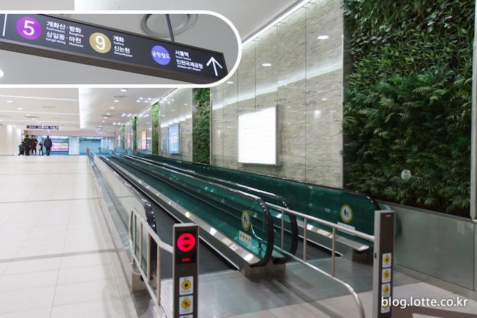 롯데몰 김포공항점으로 바로 연결되는 지하철 5호선, 9호선과 공항철도