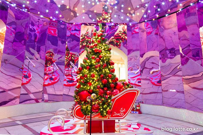 대형 크리스마스 트리 내부의 작은 트리