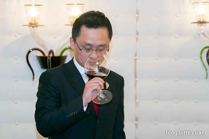 와인 테이스팅 중인 이용문 소믈리에