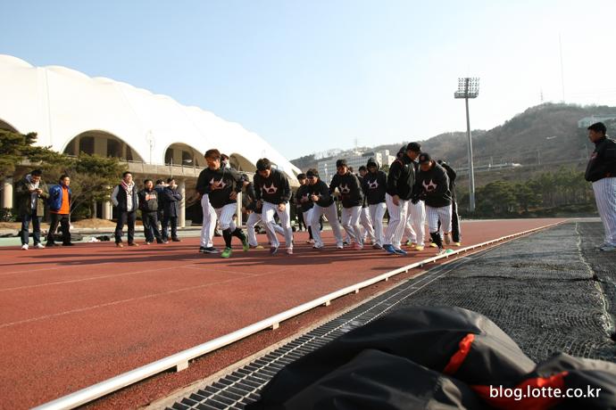 달리기 시작한 롯데자이언츠 선수들