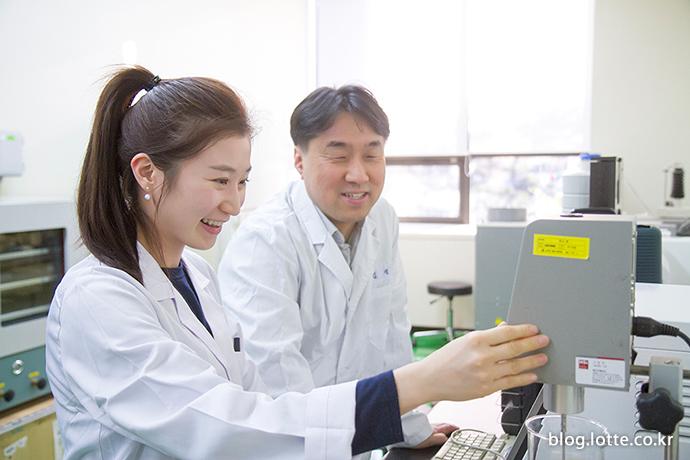 김정균 팀장님의 지도 하애 연구에 열중하는 모습