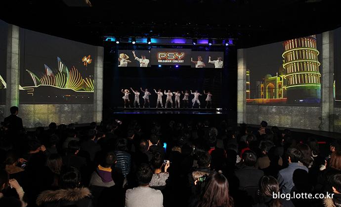가수 싸이의 홀로그램 공연을 보고 있는 관객들