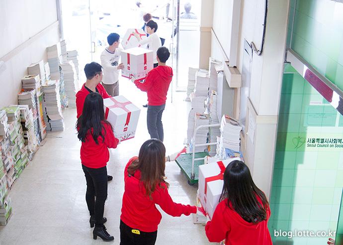 자원봉사자들이 플레저박스를 옮기는 모습