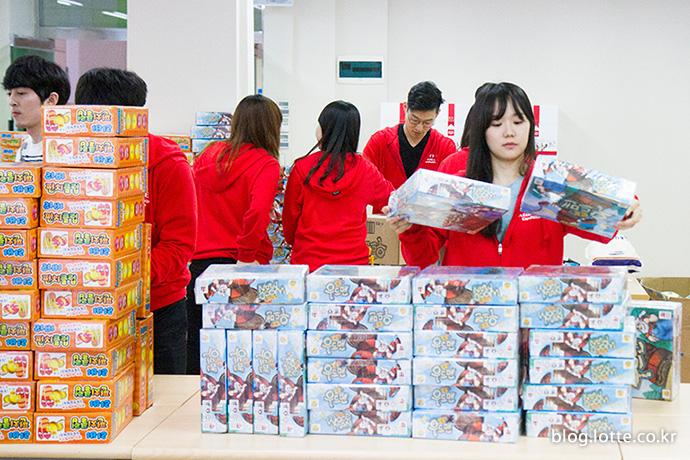 물품을 정리하는 자원봉사자들