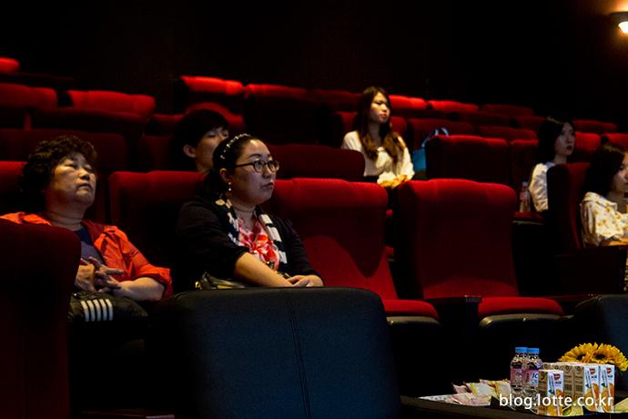 롯데월드타워 '안전'에 관한 영상에 집중하는 견학 참가자