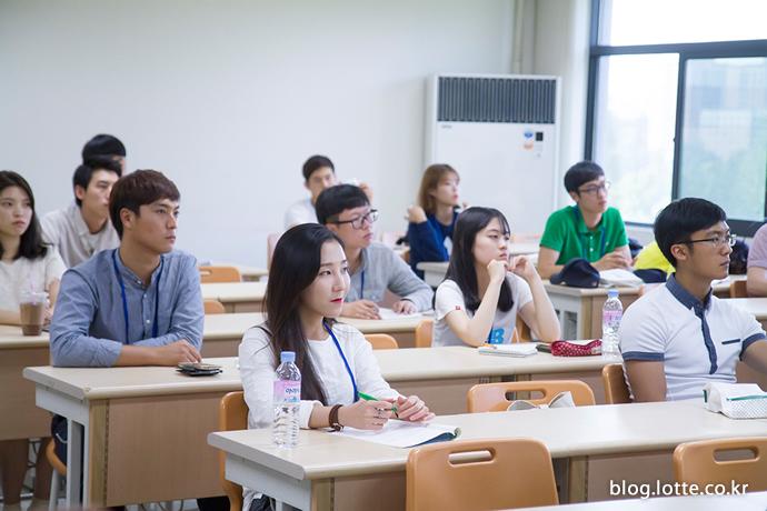 진지한 표정으로 멘토링 클래스를 듣는 학생들