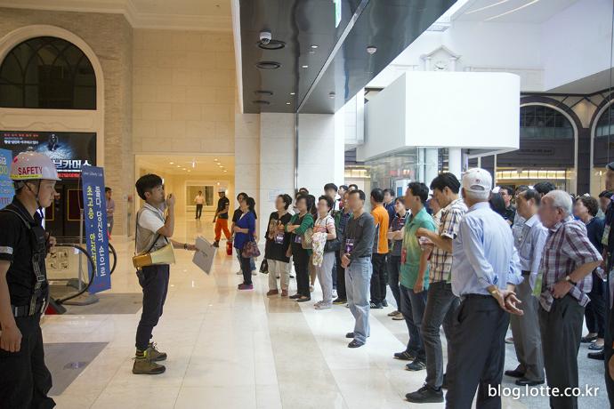 인솔자의 안내를 받는 방문 참여자들