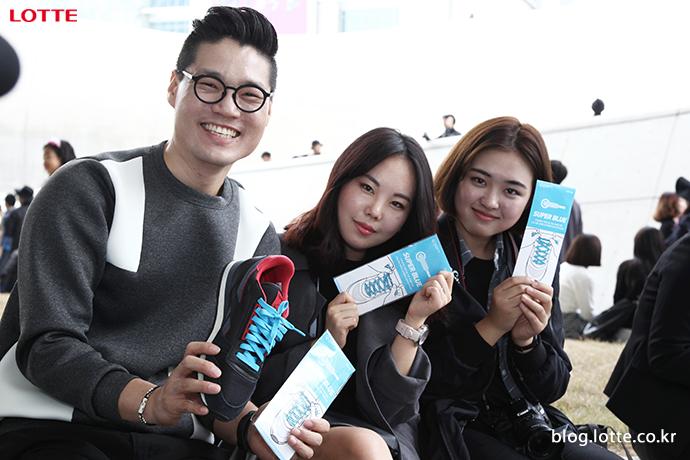 서울패션위크 슈퍼블루 신발끈을 든 사람들