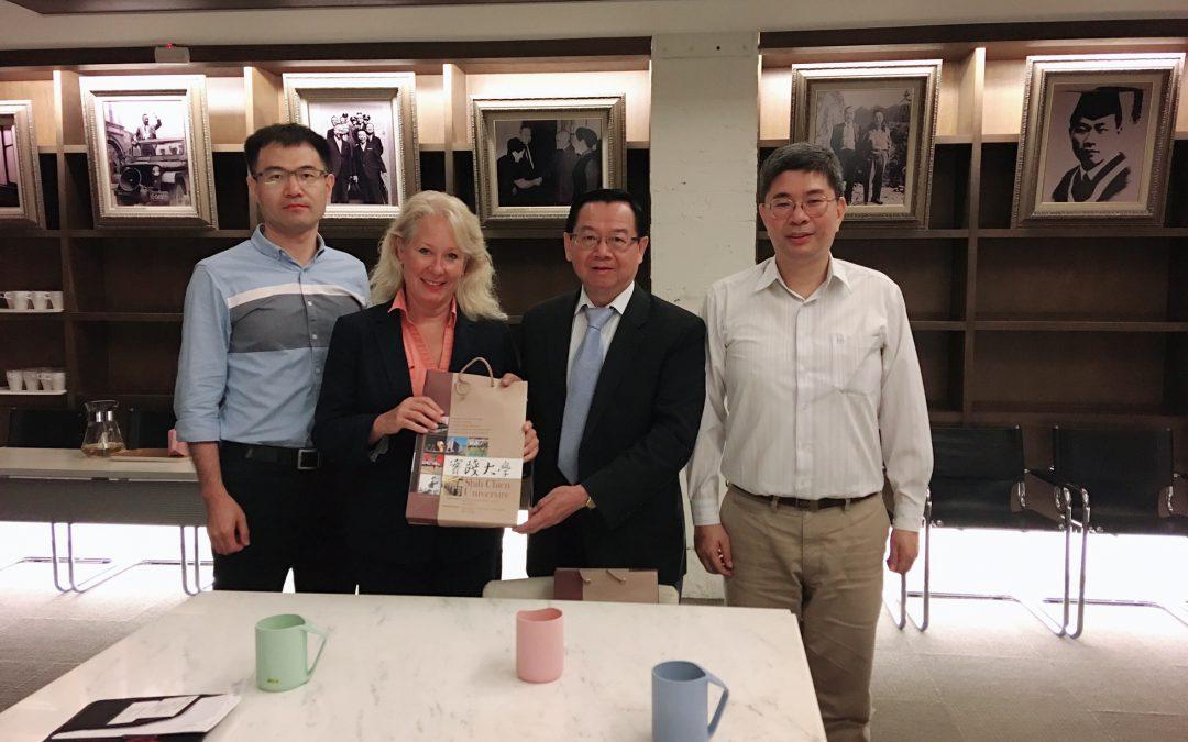 AWS Academy Global PM Manager Tracy Applegate 協同AWS Academy大中華區負責人 Gavin Liu訪視本校亞馬遜雲計算學院(AWS  Academy at Shih Chien University)